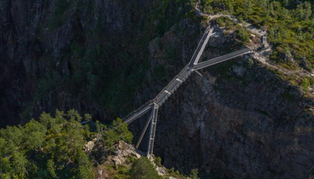 В Норвегии над пропастью построили мост уникальной формы