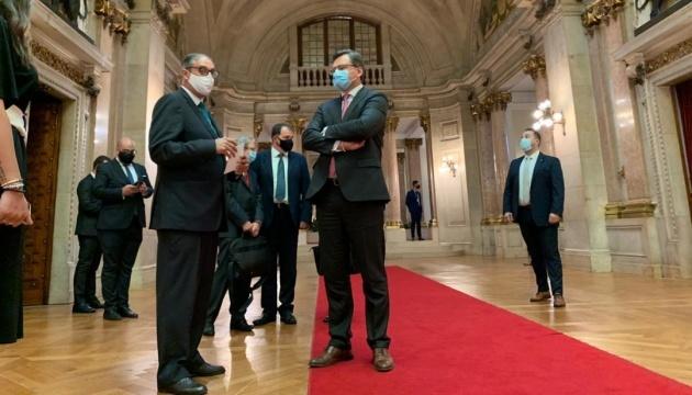 Kuleba trata en el parlamento portugués la situación de seguridad en el Donbás