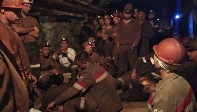Подземный протест шахтеров: горняку стало плохо, его осматривают медики
