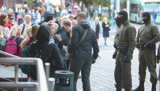 В Минске задерживают участниц акции в поддержку Колесниковой