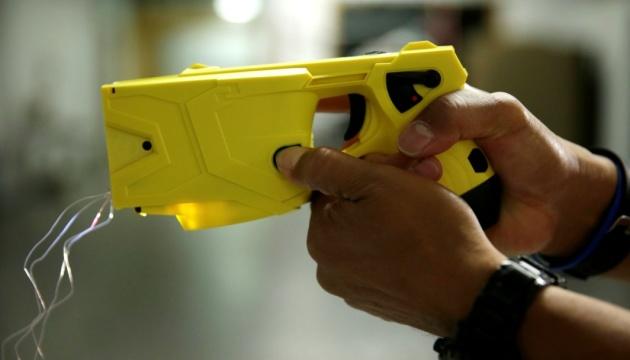 Поліція отримала й тестує 200 електрошокерів Taser