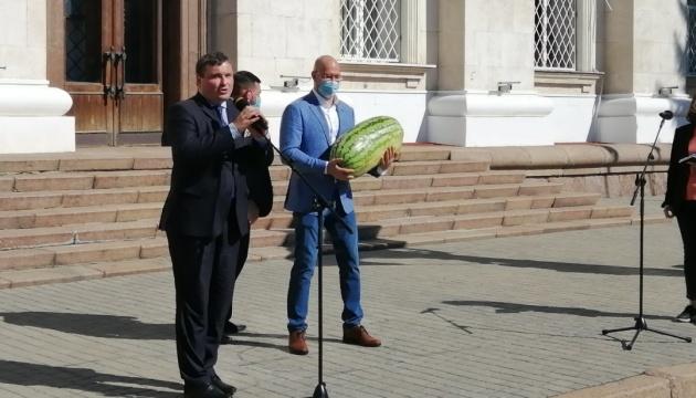 У Херсоні Шмигалю подарували найбільший кавун сезону