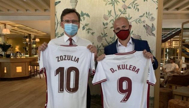 Кулеба у Мадриді зустрівся з українським футболістом Зозулею