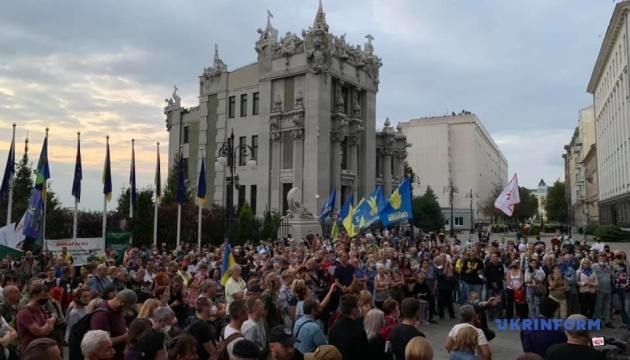 大統領府とゼレンシキー大統領自宅の前で「シュミーの共同調査」への反対集会開催