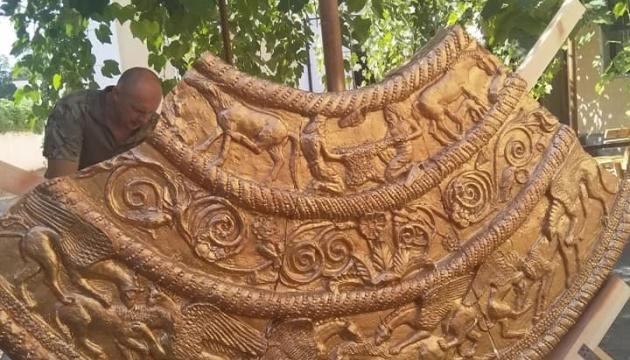 Николаевский скульптор ко Дню города создала гигантскую копию скифской пекторали