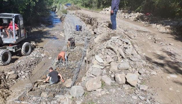 На Буковине восстанавливают 5 участков дорог, разрушенных июньскими паводками