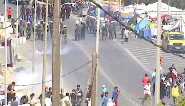 Грецька поліція застосувала сльозогінний газ проти мігрантів