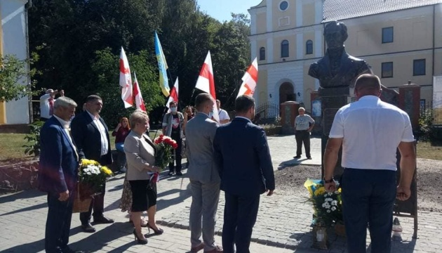 Перший у світі пам'ятник письменнику Яну Барщевському встановили на Житомирщині