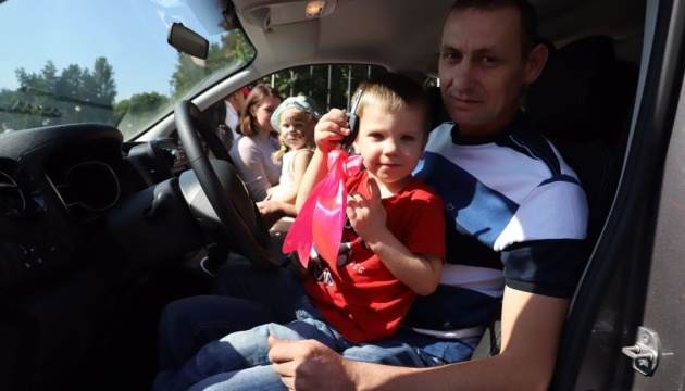 Столичные власти вручили автомобиль детскому дому семейного типа