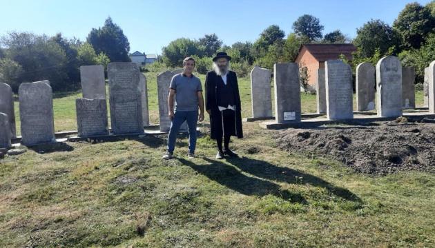 В городке на Тернопольщине расшифровали надписи на древних еврейских мацевах