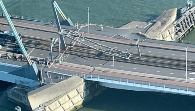 В Роттердаме частично обрушился мост