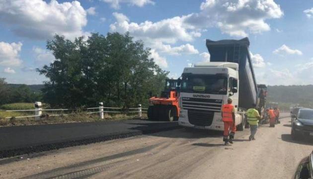 На Буковине завершают капремонт международной трассы возле «Порубного»