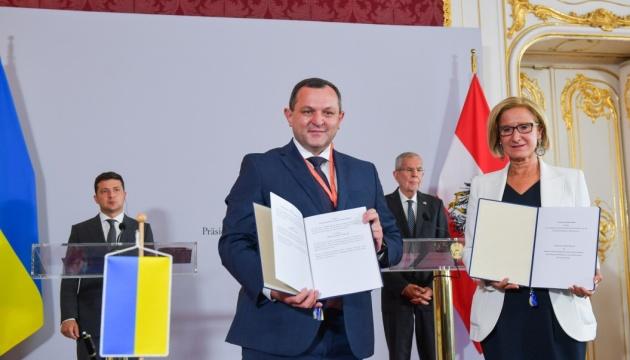 Украина и Австрия подписали соглашения о поддержке онкобольных детей и сотрудничестве регионов