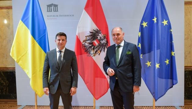 Зеленский обсудил с главой парламента Австрии выборы и перемирие на Донбассе