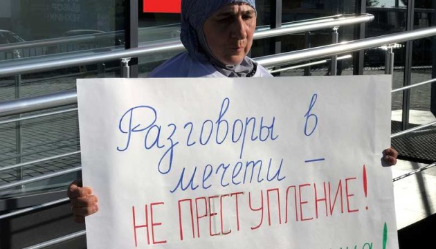 У Криму мати політв'язня Мустафаєва вийшла на одиничний пікет протесту