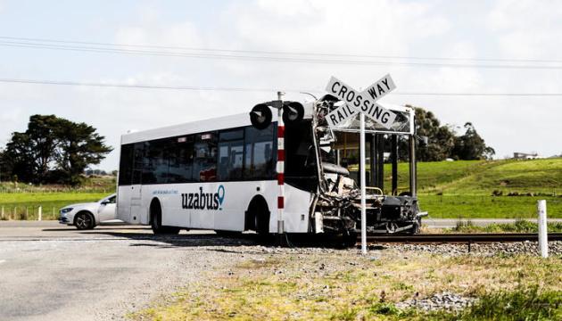 Поїзд та шкільний автобус зіштовхнулися у Новій Зеландії: десятки поранених