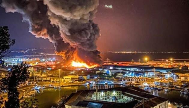 Возле порта итальянского города Анкона вспыхнул масштабный пожар