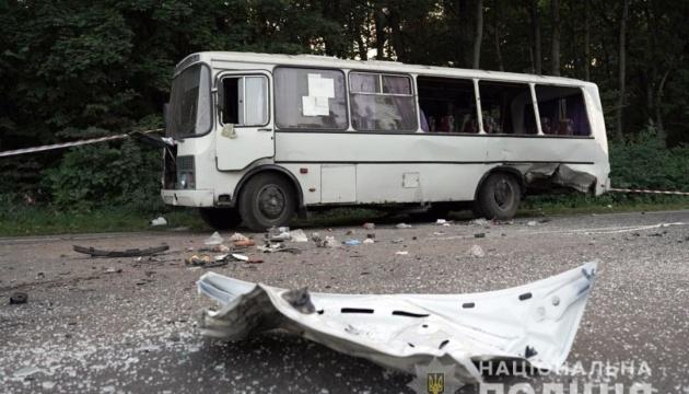 Під Хмельницьким зіштовхнулися рейсовий автобус і Tesla, восьмеро постраждалих