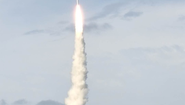 Китай впервые запустил спутники с помощью ракеты морского базирования