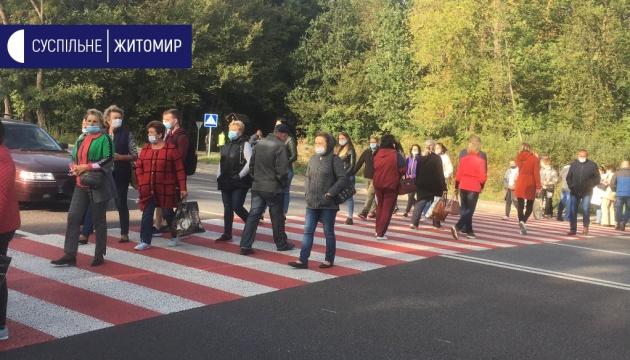 Под Житомиром работники психбольницы перекрыли трассу - требуют зарплату