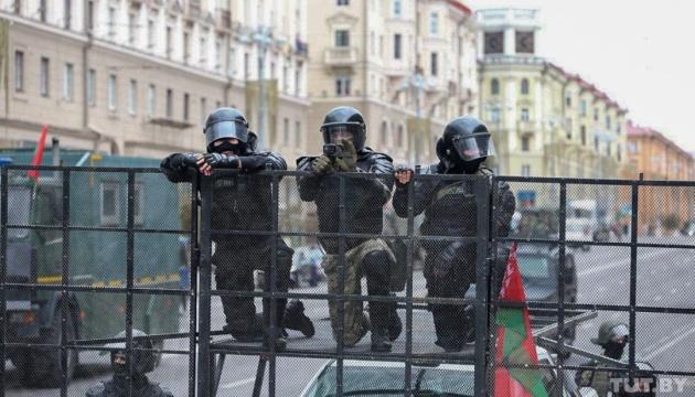 У центр Мінська перед акцією опозиції стягують спецтехніку