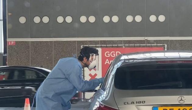 В Амстердамі можна перевіритися на коронавірус, не виходячи з авто