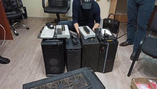 """Понад 22 тисячі sim-карток: СБУ блокувала координовану з РФ """"ботоферму"""""""
