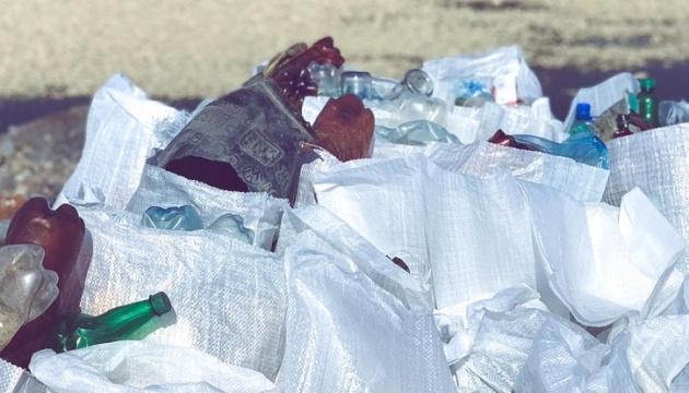 На Буковині школярі допомагали держслужбовцям прибирати береги річок