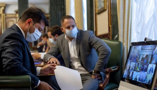 Медики почнуть отримувати підвищені зарплати у вересні - нарада в ОП
