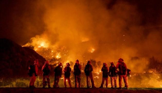 Пожары в Калифорнии: огонь приближается к городку под Лос-Анджелесом