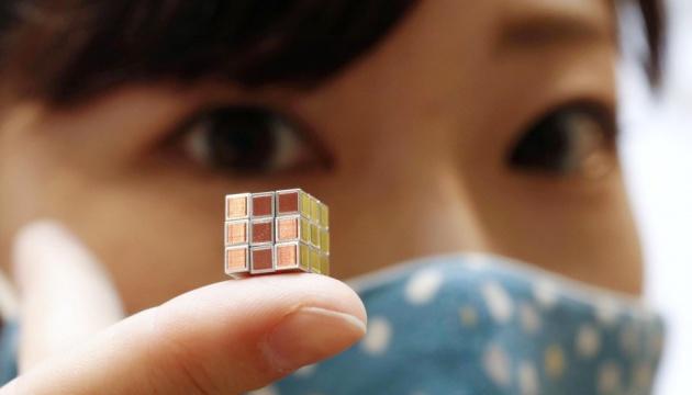 Кубик Рубіка вагою два грами представили у Японії