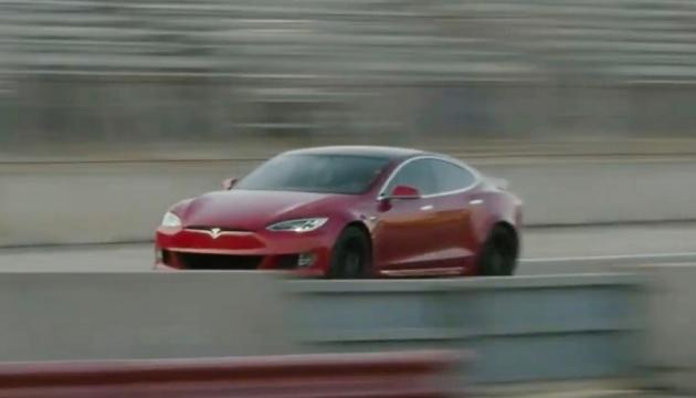 Tesla представила новий електрокар - без підзарядки майже 840 кілометрів