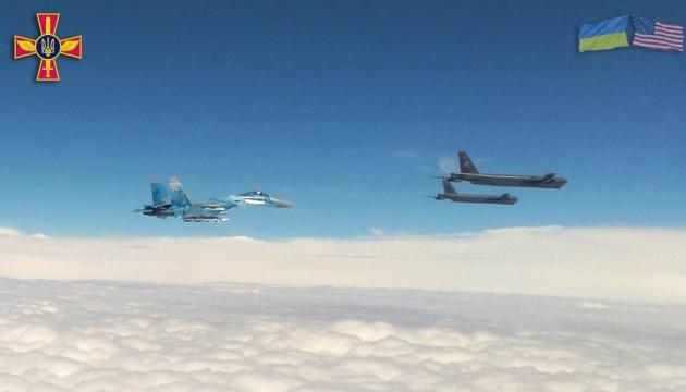 Бомбардировщики США вошли в воздушное пространство Украины, их сопровождают истребители