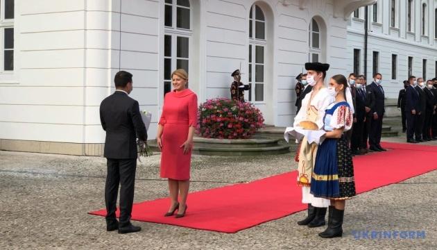 Zełenski spotkał się w Bratysławie z prezydent Słowacji