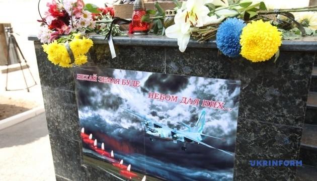 До університету Повітряних сил у Харкові несуть квіти