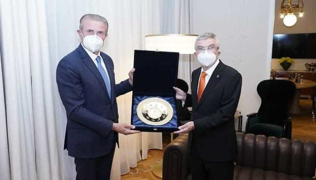 Bubka hands over Zelensky's invitation to visit Ukraine to IOC president