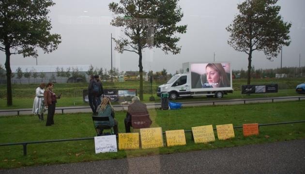 Возле суда в Нидерландах российская пропаганда снова крутит