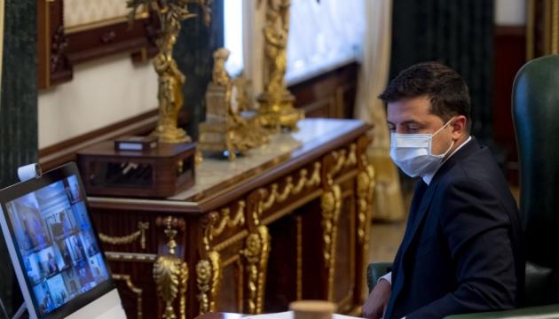 Доплати медикам: Зеленський каже, що підписані менше чверті договорів