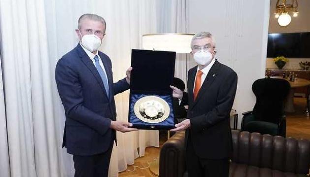 Bubka entrega al presidente del COI la invitación de Zelensky para visitar Ucrania