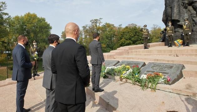 75. Jahrestag von Babyn Jar: Präsident Selenskyj und andere Politiker gedenken Opfer des Massakers