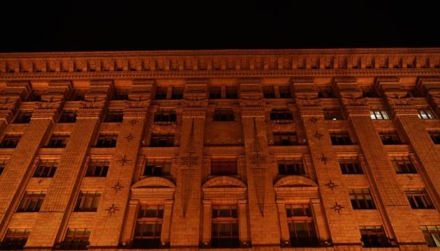 Здание Киевсовета изменило цвет, чтобы привлечь внимание к детскому раку