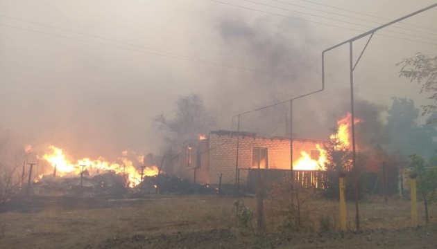На Луганщині загорілися десятки будівель, 1200 - без електрики