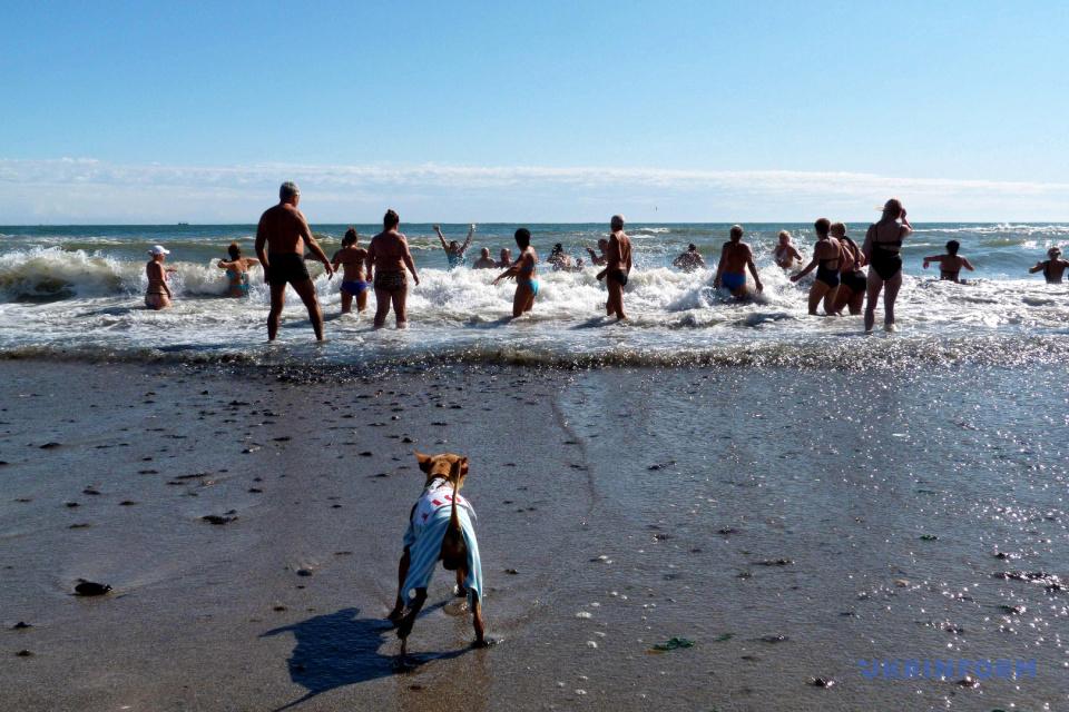 オデーサの冷たい海で泳ぐ人々 写真:ユーリー・ゾズーリャ/ウクルインフォルム