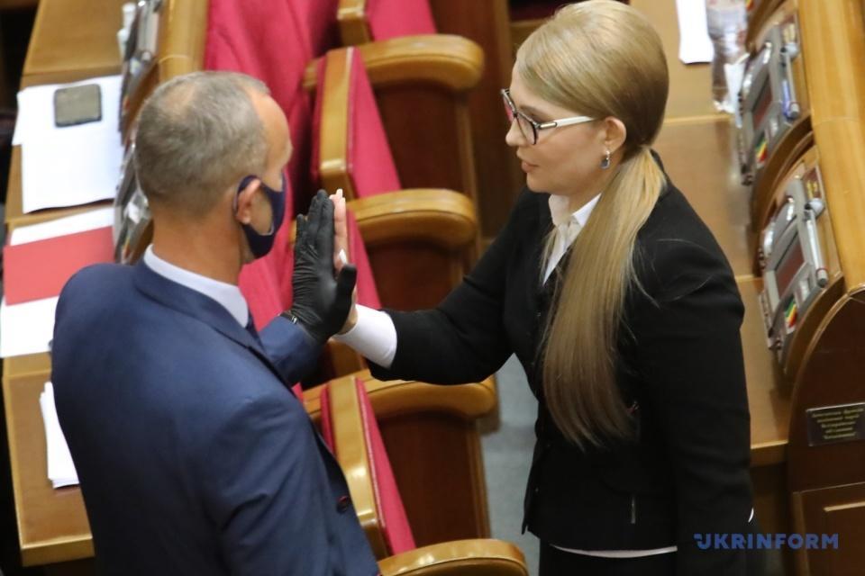 Тимошенко, яка одужала від COVID-19, вітається з колегою / Фото: Володимир Тарасов, Укрінформ