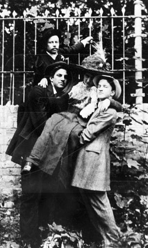 Владимир Маяковский (слева) и Давид Бурлюк (справа) в Киеве в 1911 году