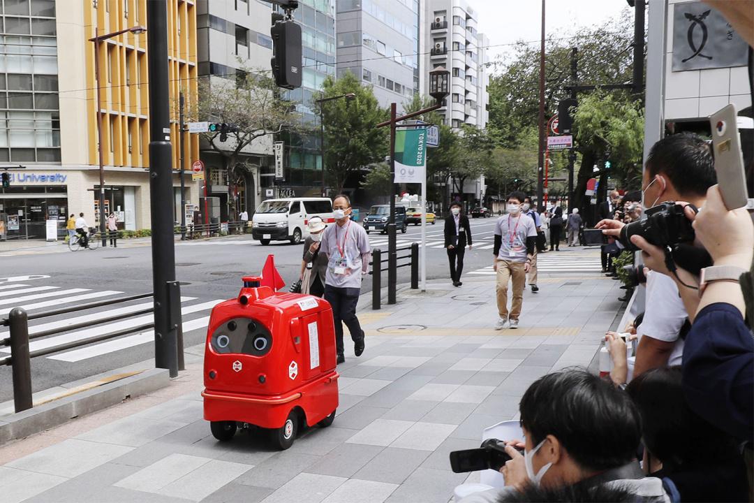 В Японии почту доставлять робот, чтобы люди не заразились коронавируса