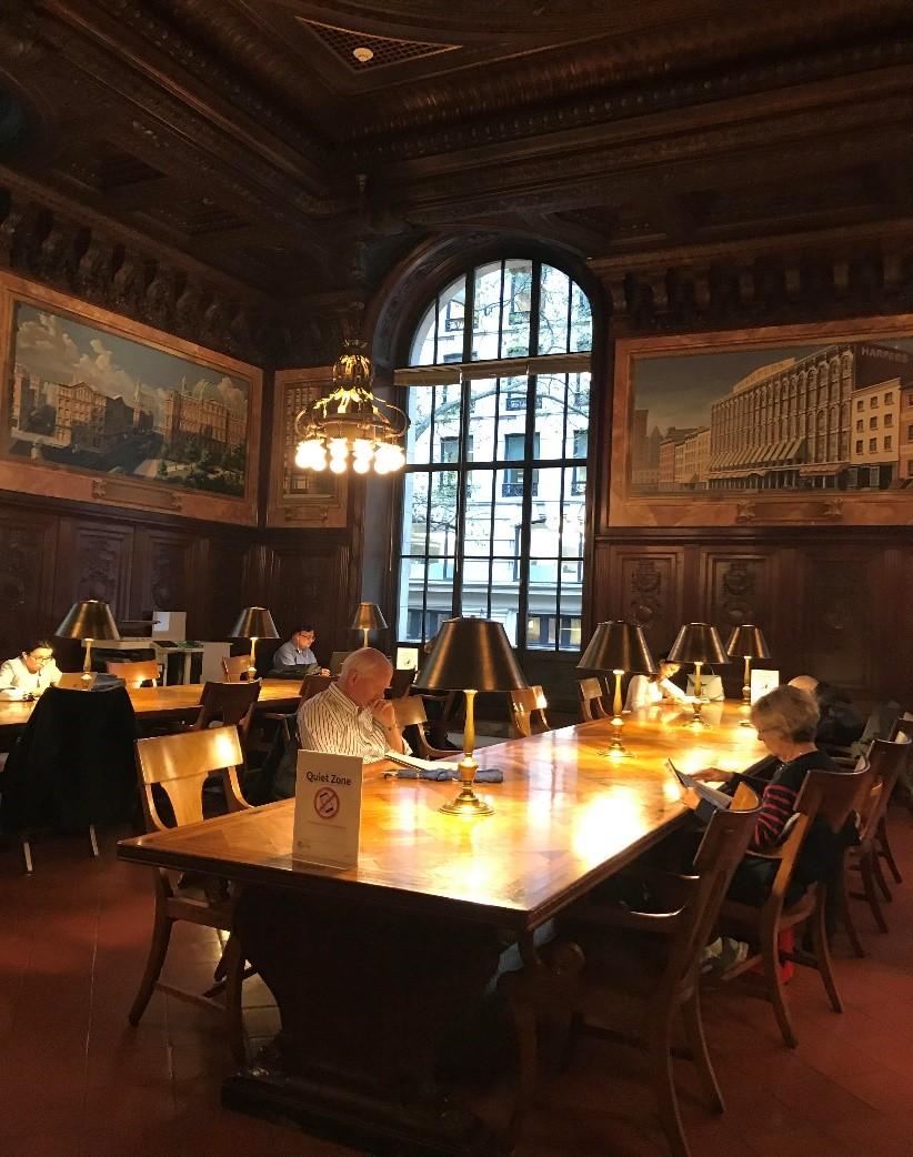 Читальный зал в библиотеке с видом на улицы Манхеттена
