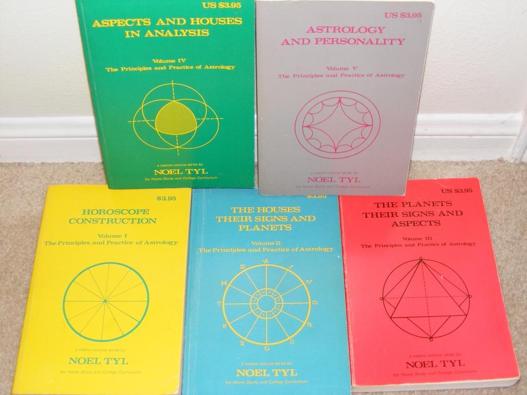 Астрологію ліпше вивчати з закордонних книжок. Наприклад, оцих
