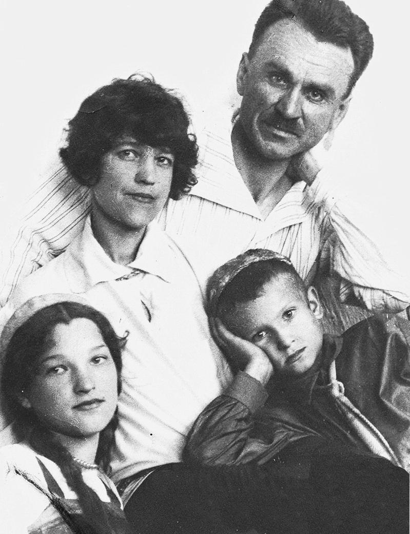 Олексій Синявський з дружиною Наталією Костянтинівною, донькою Галиною та сином Віктором, 1930 р.