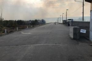 На «Станиці Луганській» через пожежу детонують боєприпаси, КПВВ закрили
